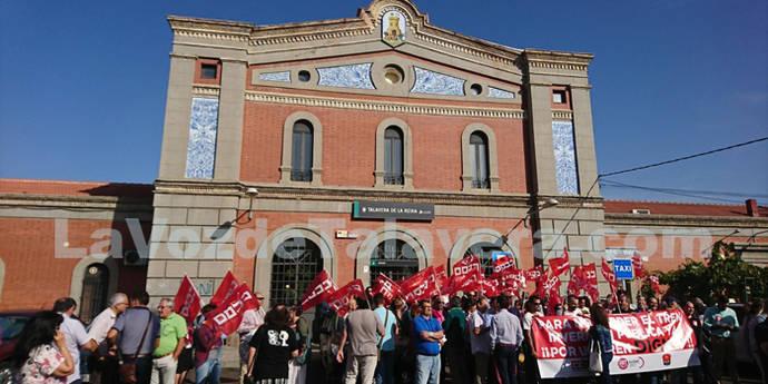 Más de 150 personas exigen un 'tren digno ya' a las puertas de la estación de Renfe-Adif en Talavera (LA VOZ DE TALAVERA.COM)