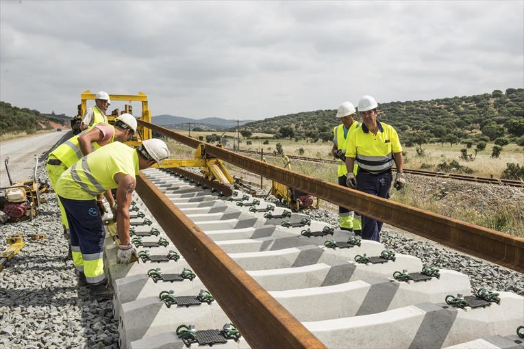 Fomento awards the informative study of the Madrid-Oropesa railway section (EL DIARIO.ES)